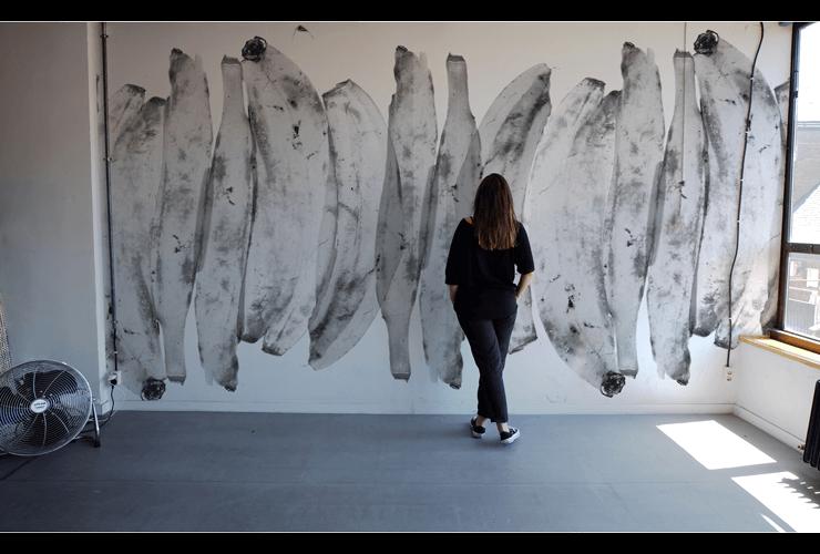 Plata no es. Mural sobre papel pintado serigrafiado a mano. Dimensión, 4,40 x 3,20 m (módulos de 55 cm de ancho).