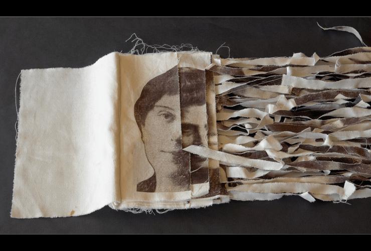 Des-vivirse, 2013. Transferencia sobre tela. 130 x 21 x 3 cm.