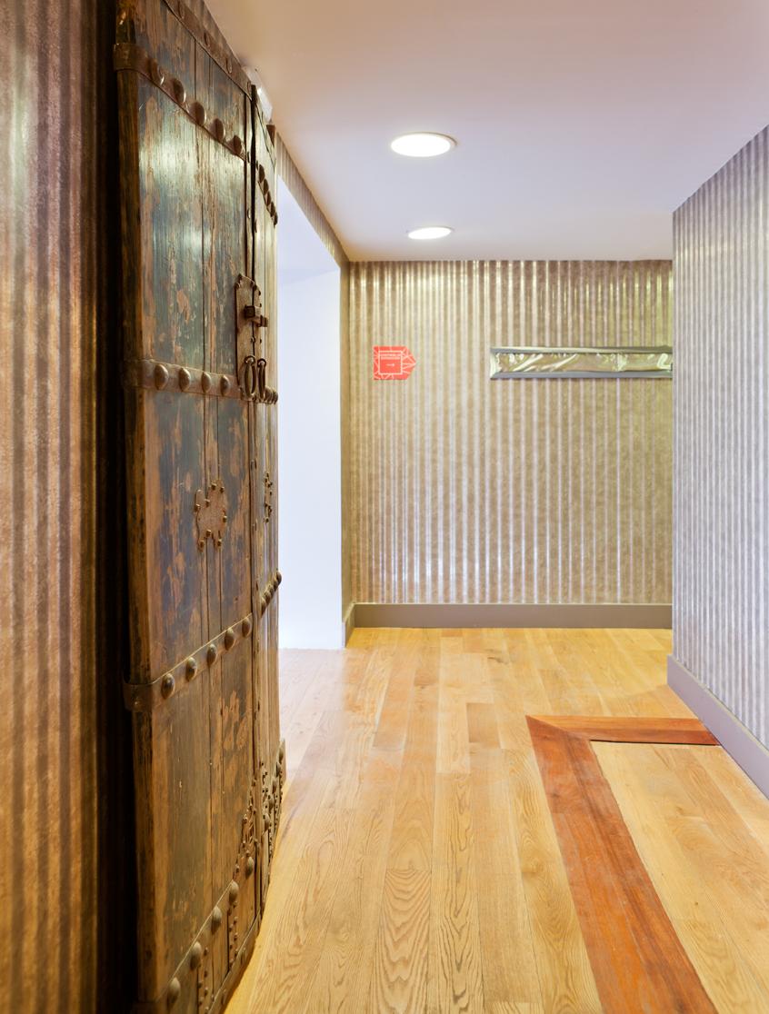 Baños públicos y pasillo realizados por Isabel Acero en ...