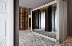 Vestidor dividido en tres zonas, de Sara Folch en Casa Decor 2015