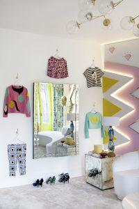 Vestidor en colores flúor y estética años 60 de Miriam Alía Mateo en Casa Decor 2016