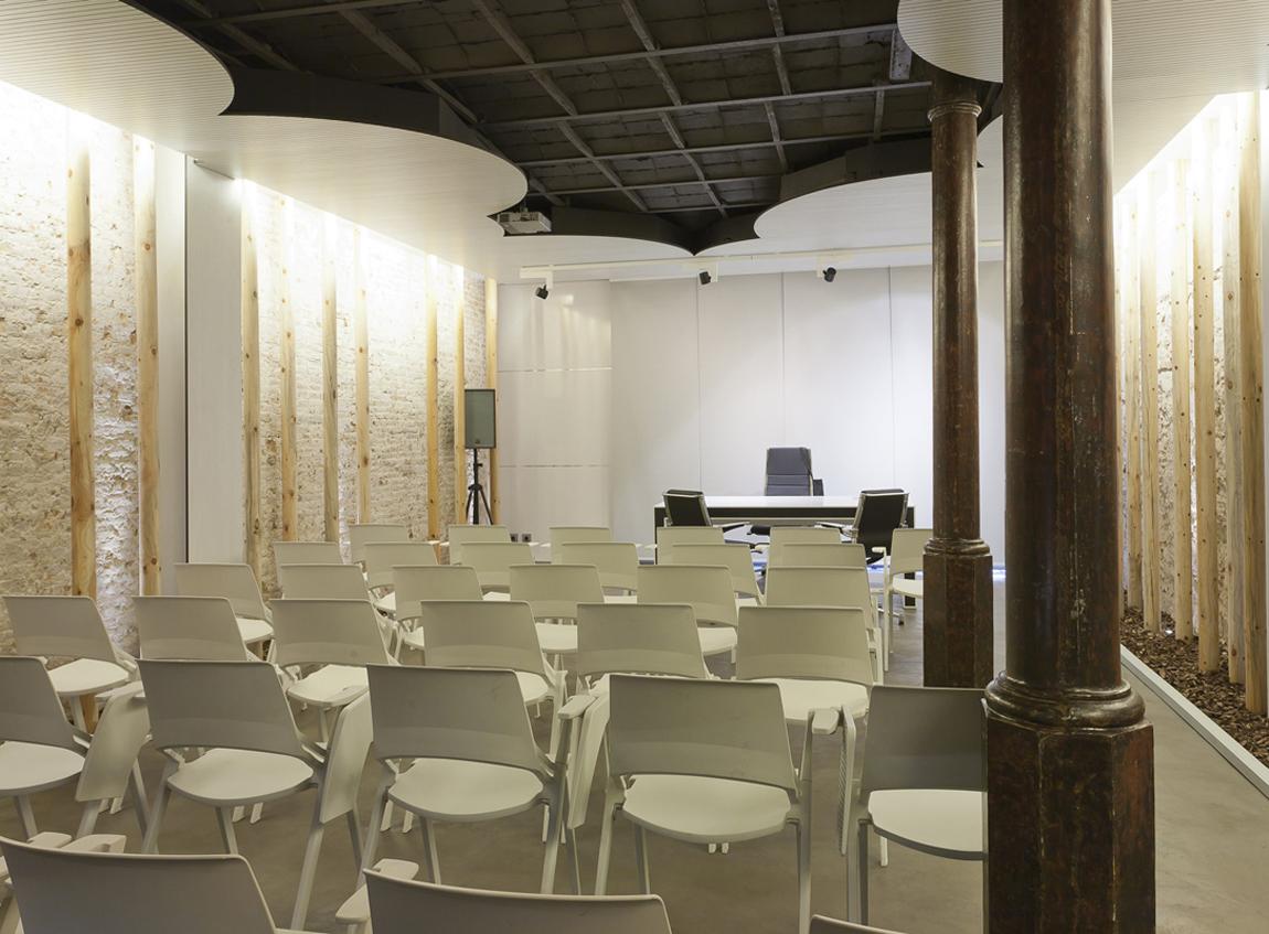 """Auditorio y Sala de Expositores SOM2ESPAIS – """"Al natural"""""""