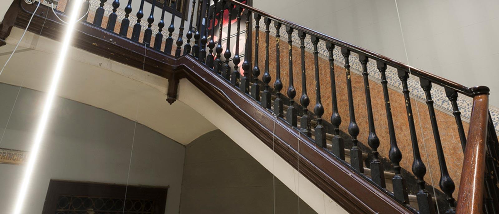 Entrada, taquilla y escalera – «Con luz propia»