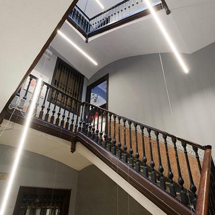Entrada, taquilla y escalera – «Con luz propia», Jordi Veciana