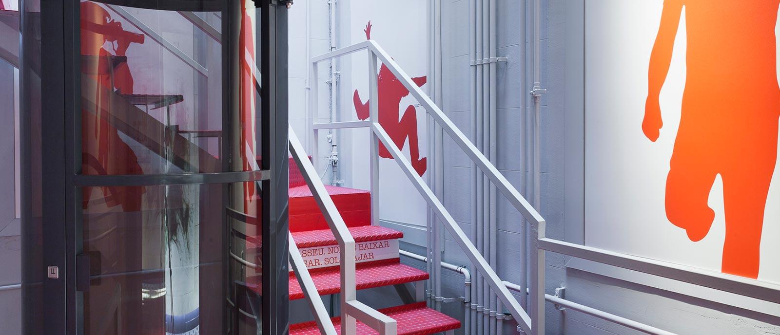 Señalética escaleras y ascensor DOMOESPAIS – «Up&Down Hall»