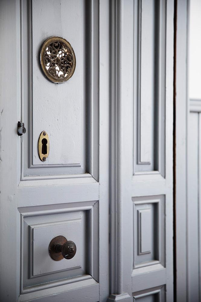 Puerta con mirilla de la casa de Antonio Maura 8, Casa Decor 2017
