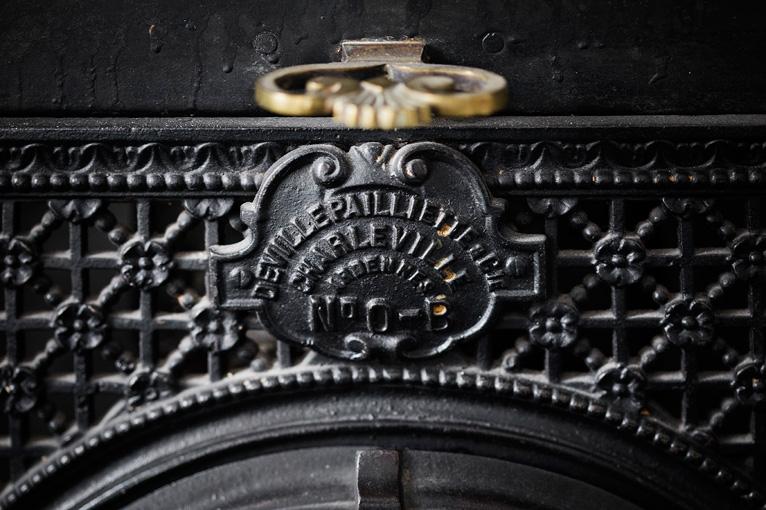Detalle de hierro fundido de la chimenea de mármol en Antonio Maura 8, Casa Decor 2017