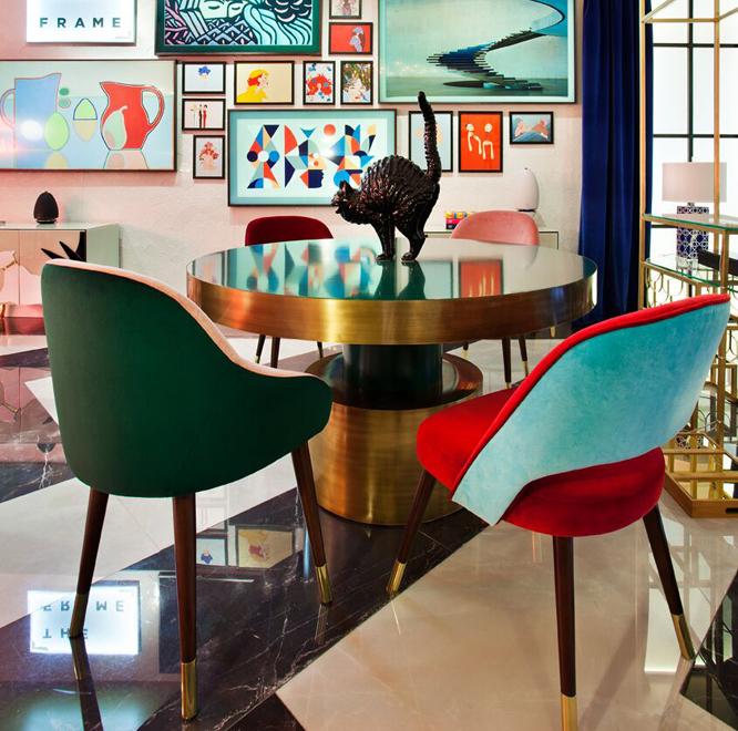mobiliario de formas redondeadas y tapizados a todo color en Casa Decor 2017
