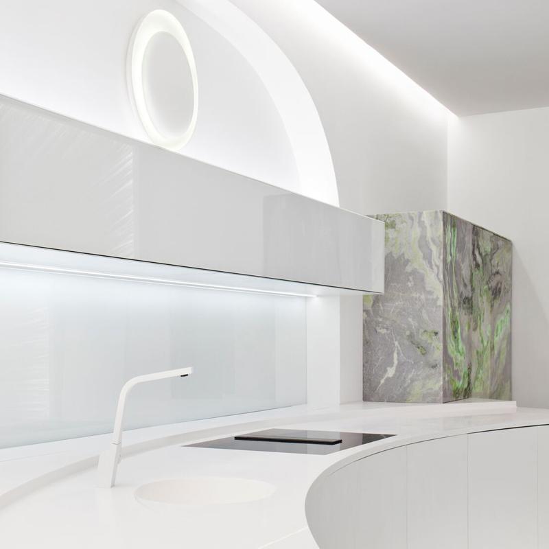 Alacena con puertas de mármol en el espacio de Scenium Cocinas