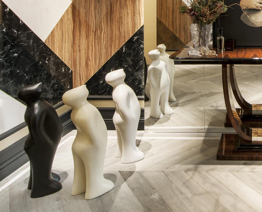 """Esculturas """"The Visitor"""", del artista belga Guido Deleu en el espacio ALVIC, de Ele Room 62."""