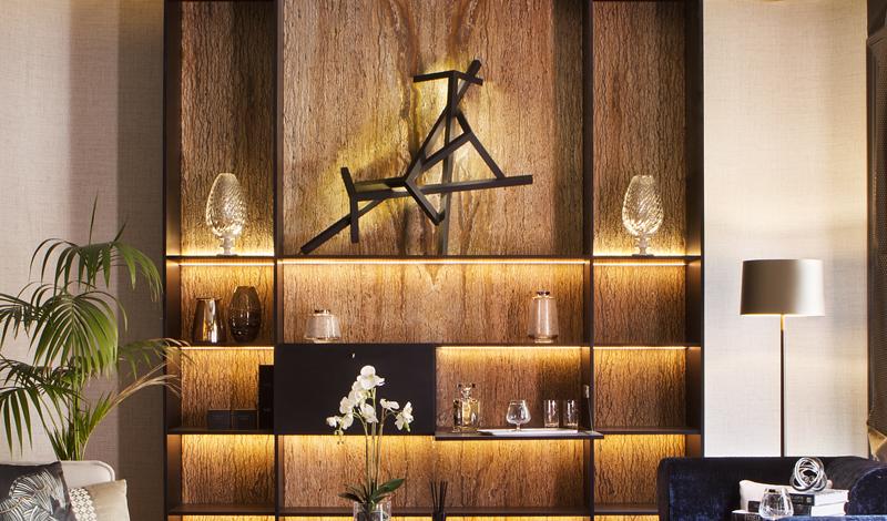 Esculturas en el salón diseñado por Disak Studio