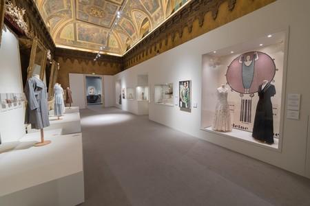 La exposición incluye trajes y sombreros de sus modistas y diseñadores  favoritos  Descat a55b3c46d90