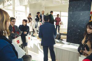 Periodistas expertos en decoración en el espacio del Grupo Alvic, diseñado por Héctor Ruiz-Velázquez, en Casa Decor 2019