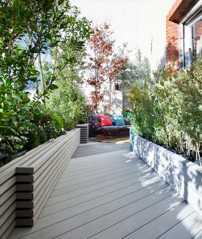 Terraza con suelo y jardineras de madera técnica