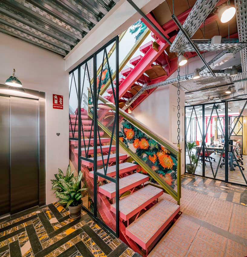 Escalera central y ascensor del coworking Clementina