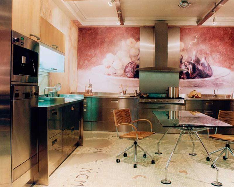 Una cocina de estilo high-tech con pinceladas mediterráneas