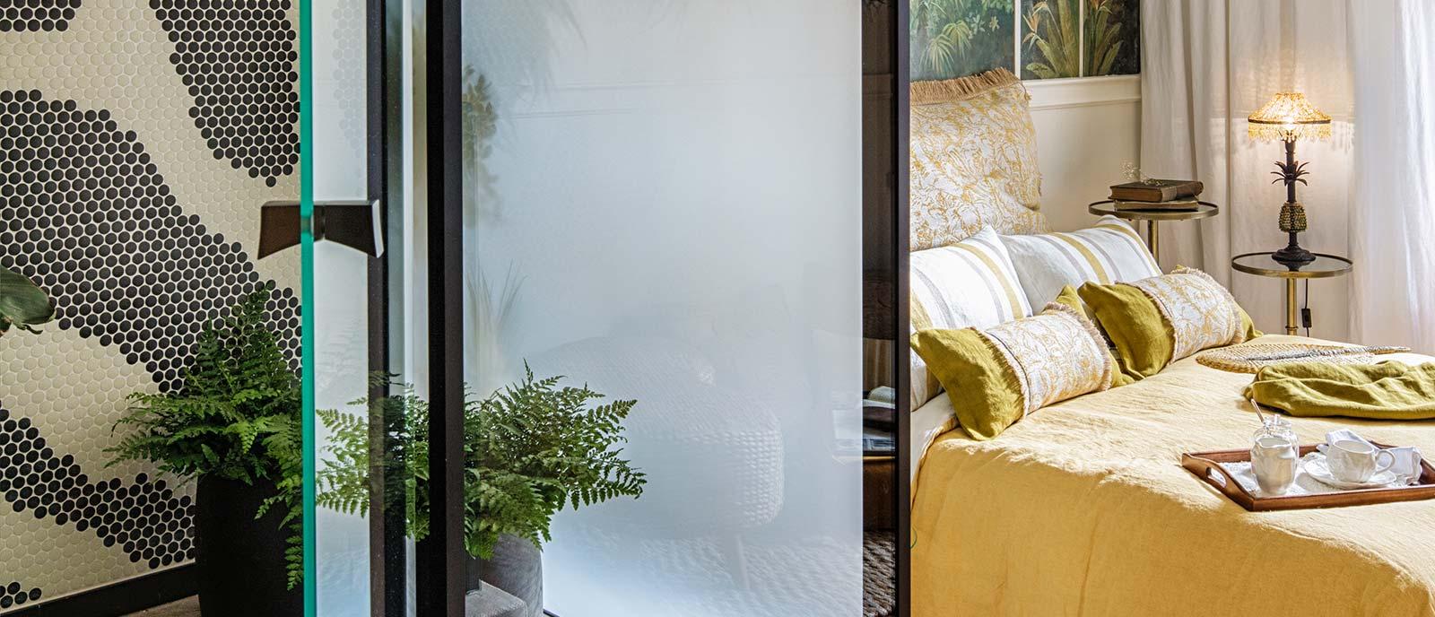 Dormitorio con baño – «Lunas de Bioko» – Espacio Miapetra