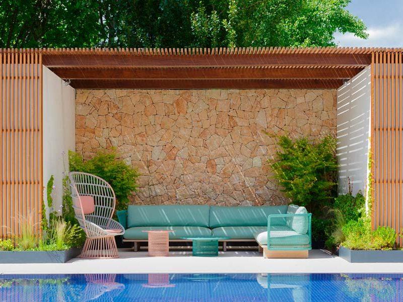 Un jardín con piscina diseñado por PIA Paisajimo