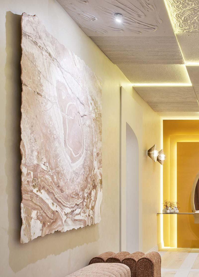 Más allá de suelos y paredes: diseños innovadores con piedras y porcelánicos